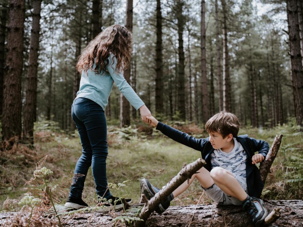 Kinderen reiken elkaar de helpende hand